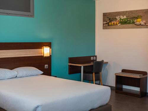 A bed or beds in a room at Hotel Restaurant Les Jardins D'Epône