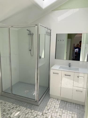 A bathroom at Lakeside Motel Waterfront