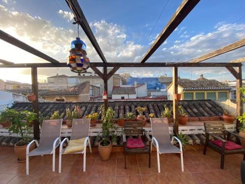 A restaurant or other place to eat at El Granado Hostel