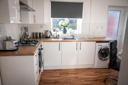 A kitchen or kitchenette at Squiggly Zebra - 3 bedroom house with Parking