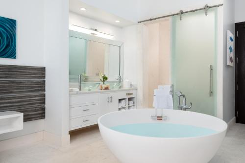 A bathroom at Zenza Boutique Hotel