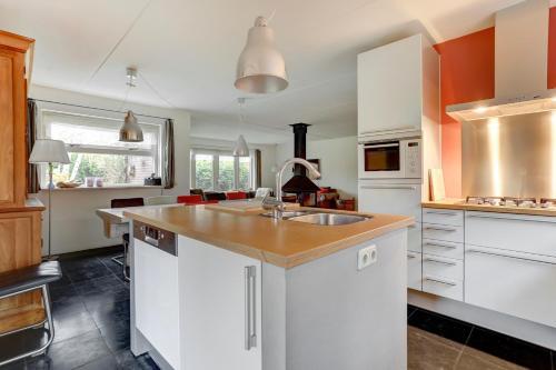 Een keuken of kitchenette bij Villa Leeuwerik (4-12 p.)