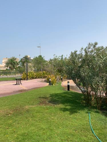 حديقة خارج Saray Chalet at Amwaj Resort شاليه ساراي في منتجع أمواج للعائلات فقط