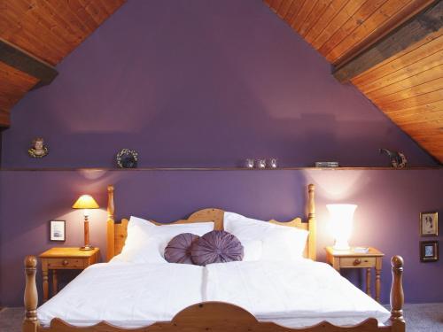 Ein Bett oder Betten in einem Zimmer der Unterkunft Apartment in Berenbach with Garden,Balcony,Fireplace,Heating