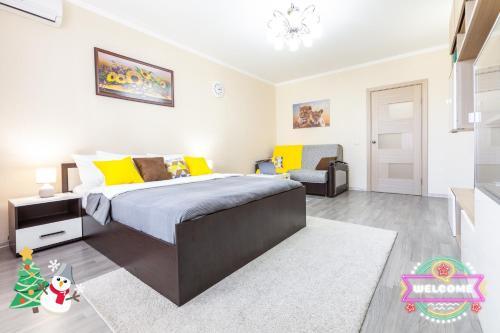 Кровать или кровати в номере Уютные Апартаменты RentPlaza-18 этаж-элитный дом-24x7-дистанционно