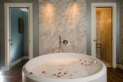 A bathroom at Palazzo Veneziano - Venice Collection