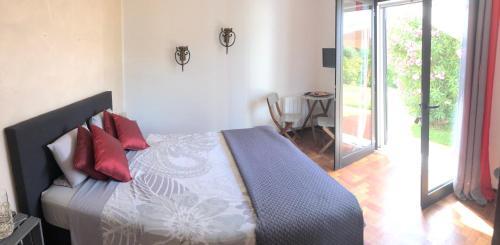 A bed or beds in a room at Quinta das Amendoeiras B&B