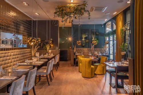A restaurant or other place to eat at Boutique Nouveau Van Ham