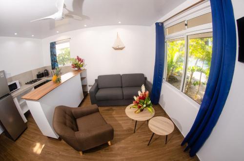 Uma área de estar em Le Neliza Beach Lodge Raiatea