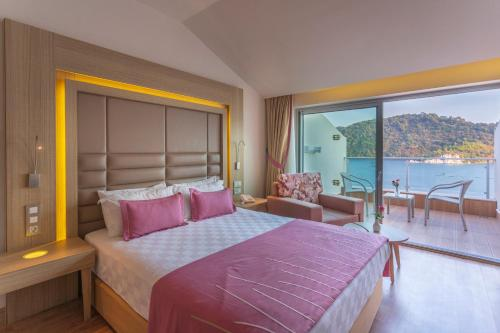 A bed or beds in a room at Orka Lotus Beach