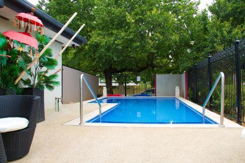 The swimming pool at or near Beechworth On Bridge Motel