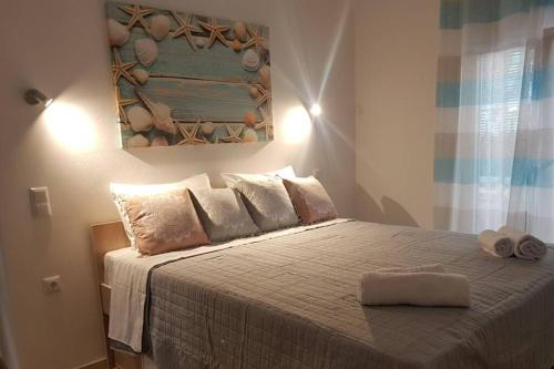 A bed or beds in a room at Modern elegant apartment next to Mon Repo