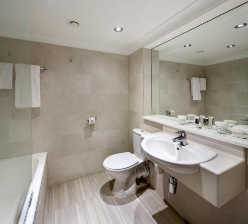 A bathroom at Mercure Manchester Piccadilly Hotel