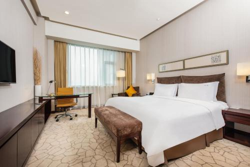 A bed or beds in a room at Holiday Inn Beijing Deshengmen, an IHG Hotel