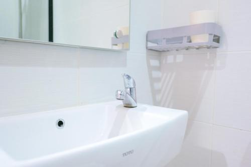 A bathroom at RedDoorz near Trans Studio Mall Cibubur 3