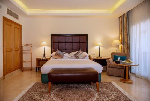 Een bed of bedden in een kamer bij Savoy Sharm El Sheikh