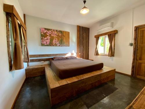 A bed or beds in a room at Kirina Wellness in the Valley