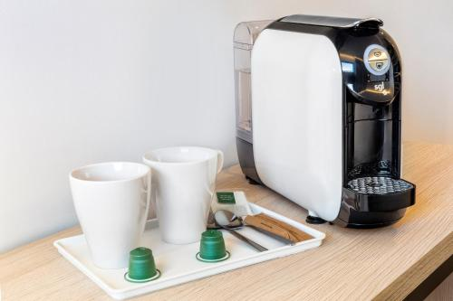 Utensilios para hacer té y café en B&B Hotel Madrid Las Rozas