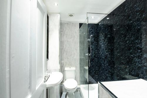 A bathroom at Safestay Glasgow