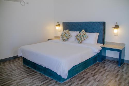 A bed or beds in a room at La Playa Estrella Beach Resort