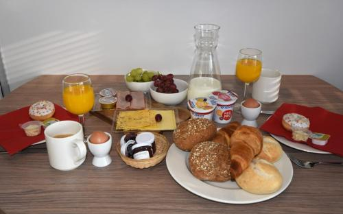 Breakfast options available to guests at Tiny floating house, Mallorca