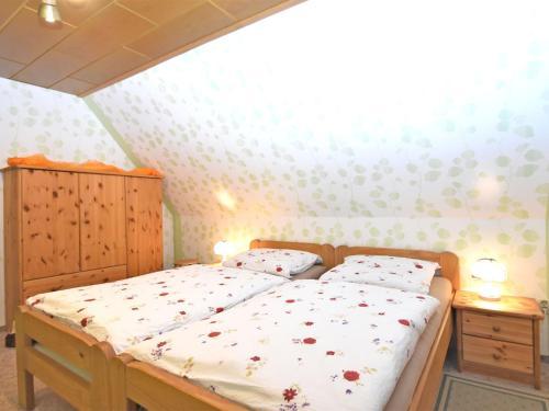 Ein Bett oder Betten in einem Zimmer der Unterkunft Cozy Apartment in Wienrode with Pond