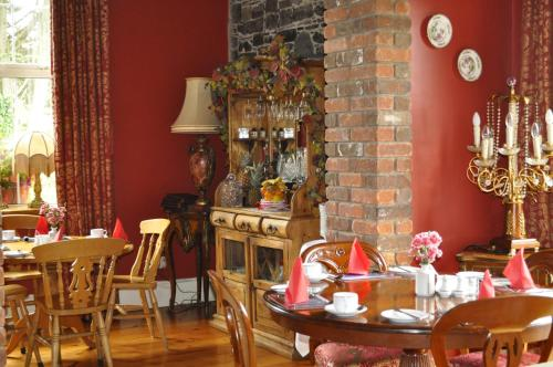 A restaurant or other place to eat at Highfield House Guesthouse