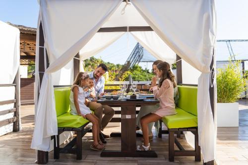 Un restaurante o sitio para comer en Magic Natura Resort