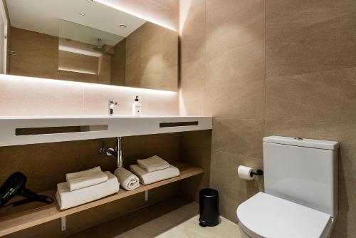 Un baño de Hotel Distrito Oeste