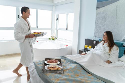 Guests staying at Hotel Villa del Mar