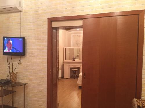 Телевизор и/или развлекательный центр в Дом в центре у моря Фрунзе 33