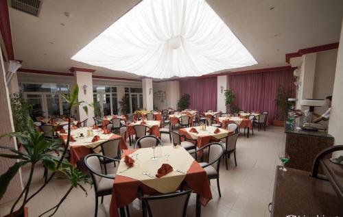 Een restaurant of ander eetgelegenheid bij Hotel Liberty Resort