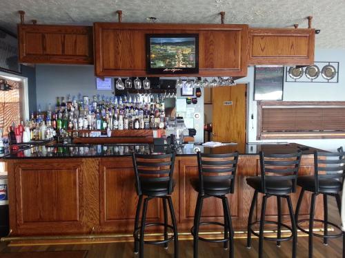The lounge or bar area at Raine Motel