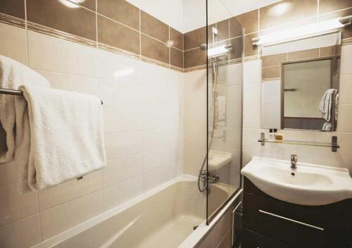 A bathroom at Hôtel Les Grangettes