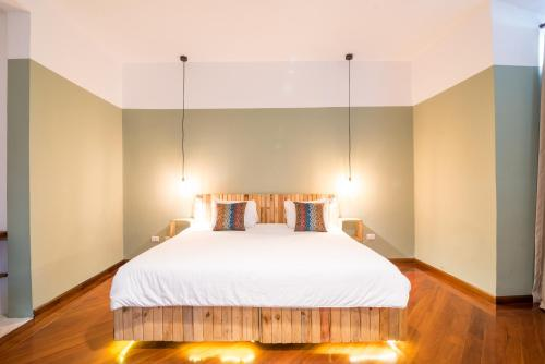 A bed or beds in a room at Masaya Quito