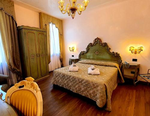 A bed or beds in a room at Hotel Carlton On The Grand Canal