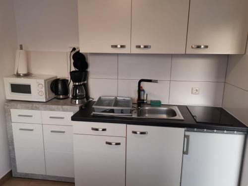 A kitchen or kitchenette at Gästehaus Häuser