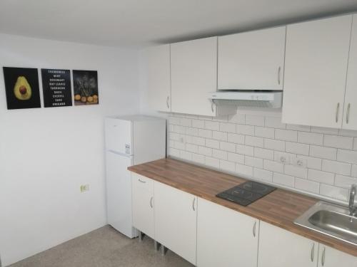 Una cocina o zona de cocina en Alcaravaneras Hostel