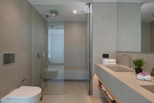 A bathroom at SanSal Boutique Hotel