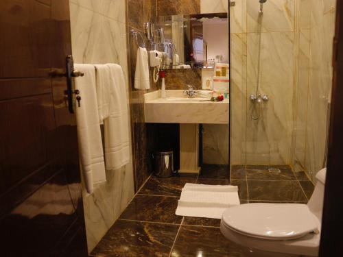Um banheiro em Central Park Hotel Bisha فندق سنترال بارك بيشة