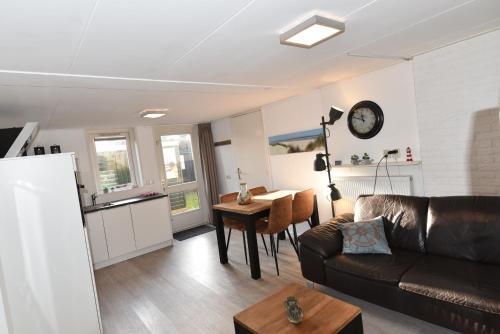 Ein Sitzbereich in der Unterkunft Appartement Tjerk
