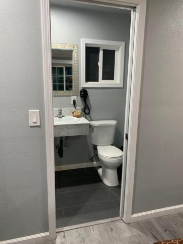 A bathroom at Colusa Motel