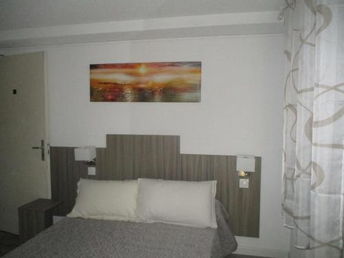 A bed or beds in a room at Hotel Du Commerce