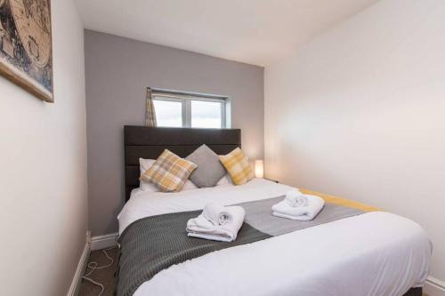 A bed or beds in a room at Bright and Spacious Apartment with Free Parking