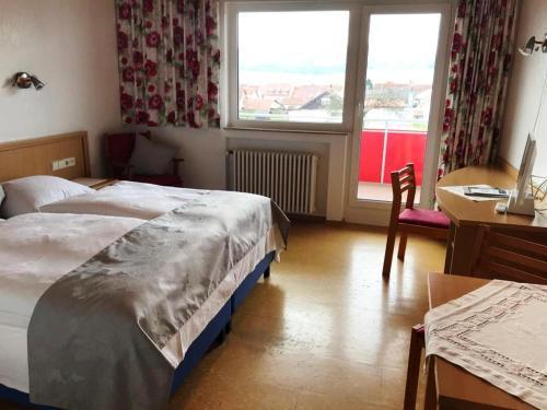 Ein Bett oder Betten in einem Zimmer der Unterkunft Gästehaus Hirlinger