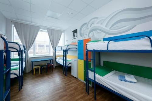 Двухъярусная кровать или двухъярусные кровати в номере Аква Хостел