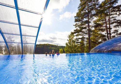 Poolen vid eller i närheten av Årjäng Camping & Stugor Sommarvik