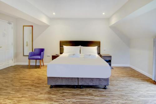A bed or beds in a room at OYO The Gissons Hotel