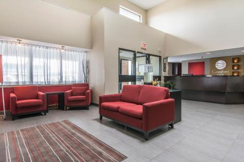 A seating area at Comfort Inn Brossard