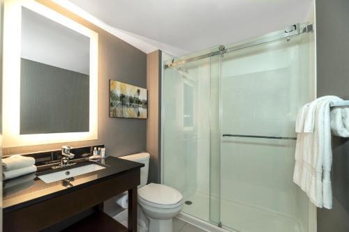 A bathroom at Comfort Inn Brossard